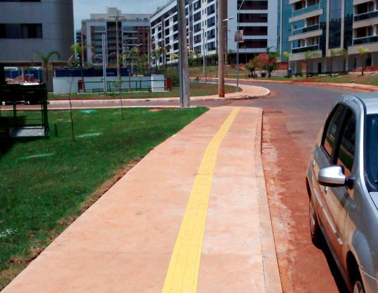 calçada-acessível-com-piso-tátil-de-concreto-alerta-e-direcional